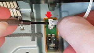 PS4 proの電源コネクターにマイナスドライバーを使用する解説画像