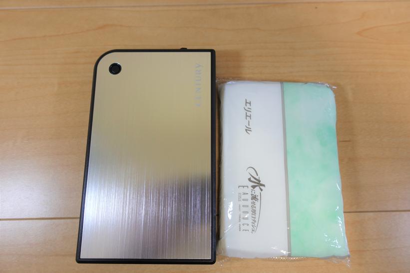 センチュリー MOBILE BOX CMB25U3シリーズ とポケットティッシュのサイズ比較画像